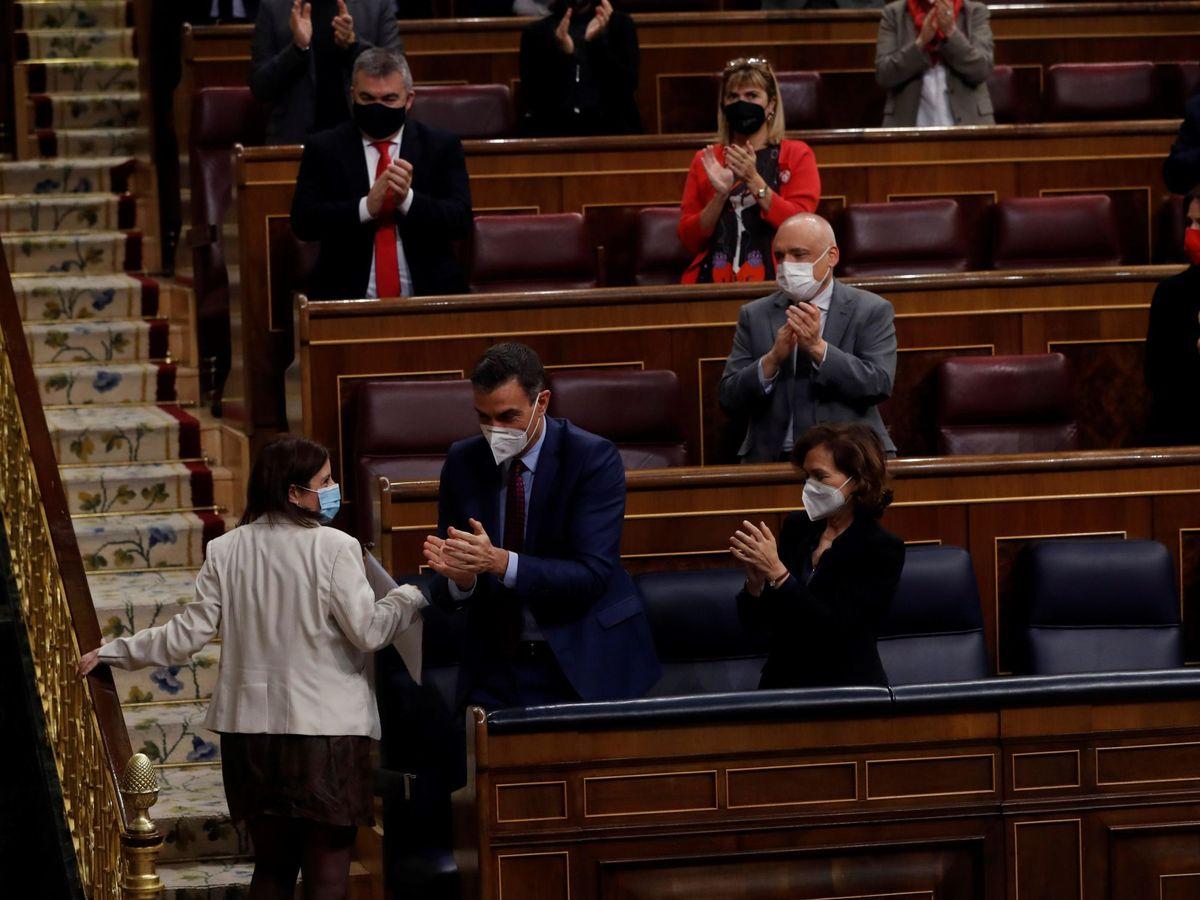 Foto: El presidente del Gobierno y la bancada del PSOE aplauden a Adriana Lastra. (EFE)