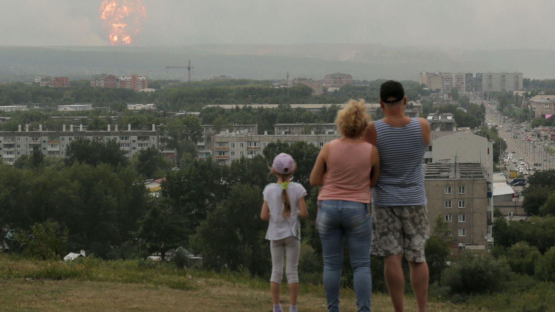 Foto: Ciudadanos de Achinsk observan la explosión. (Reuters)