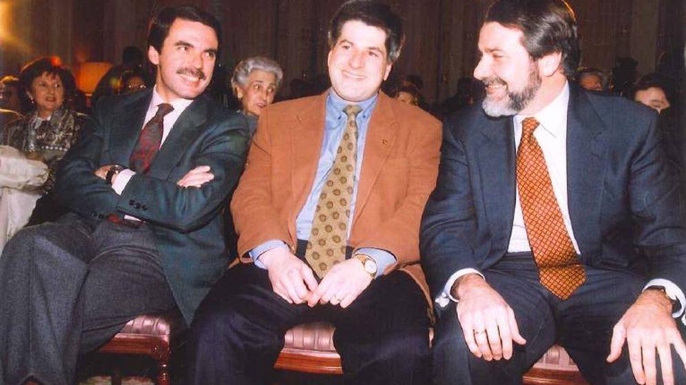 Foto: Gregorio Ordóñez (c), con Aznar y Mayor Oreja en su proclamación como candidato a alcalde de San Sebastián. (Fundación Gregorio Ordóñez)