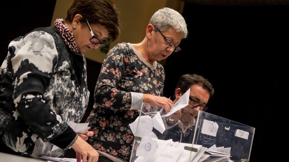 Foto: Integrantes de una mesa electoral durante el recuento de votos (EFE)