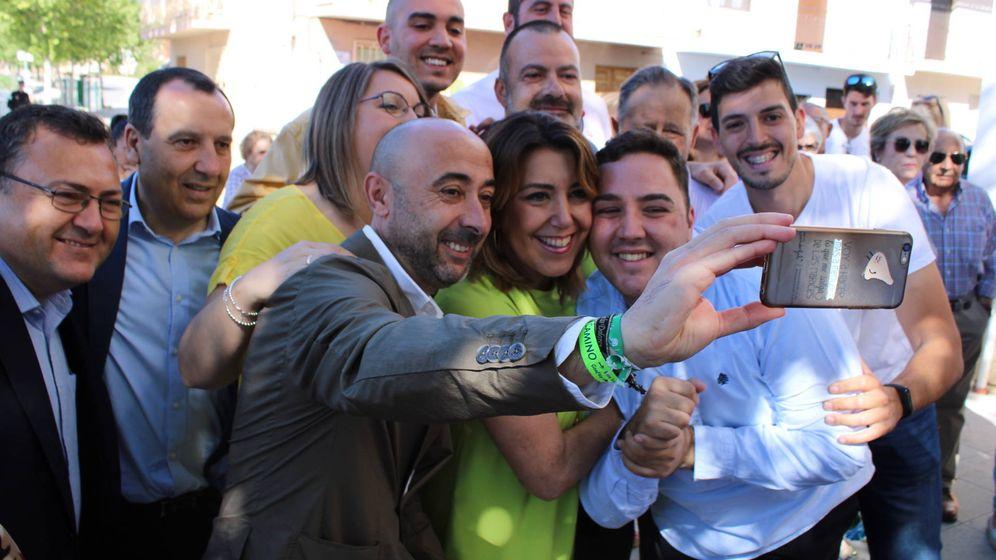 Foto: Cristóbal Moreno haciendo un 'selfie' con Susana Díaz y un grupo de vecinos, esta semana, en Villanueva del Trabuco