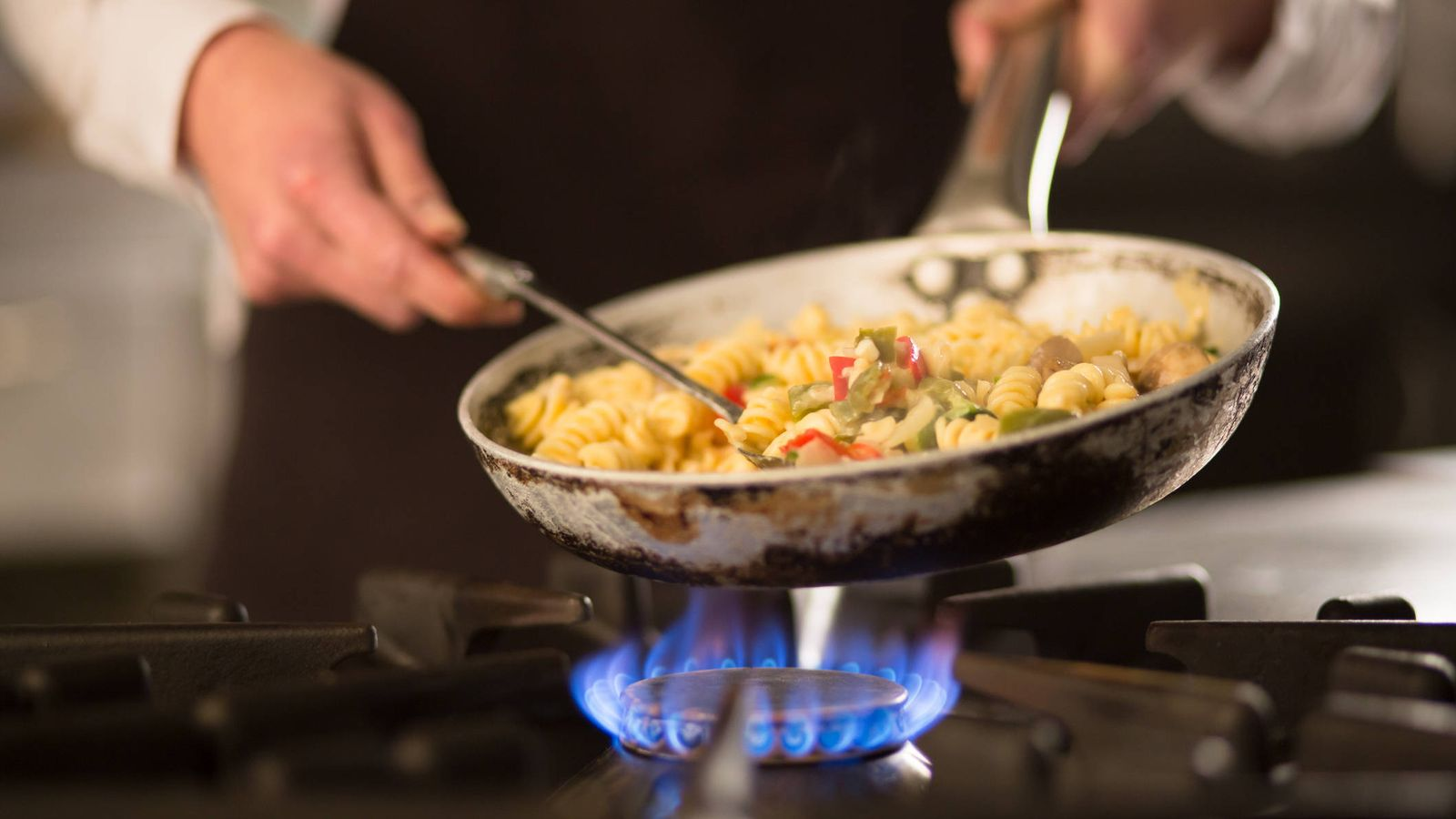 Las 10 errores que cometes cocinando y que matan la comida - Cocinar en sartenes de ceramica ...
