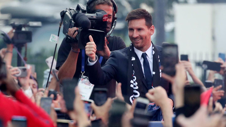 Messi saluda a sus nuevos aficionados. (Reuters)