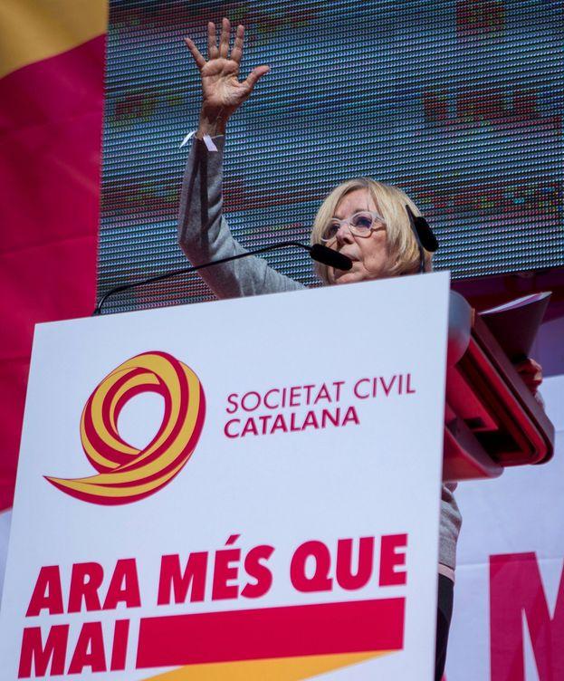 Foto: La actriz Rosa María Sardà, durante su intervención en la manifestación convocada por Societat Civil Catalana. (EFE)