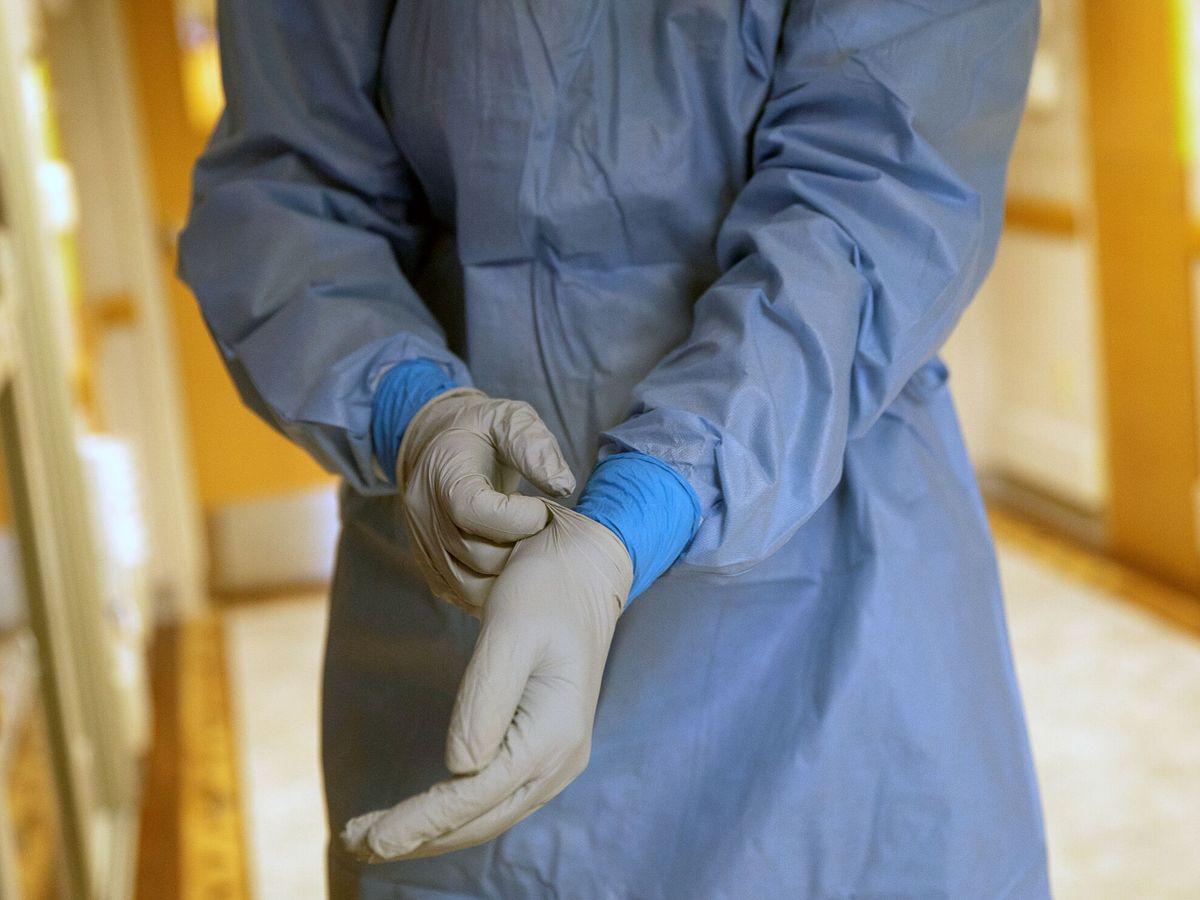 Foto: Un enfermero se prepara para atender a un enfermo de covid-19. (Reuters)