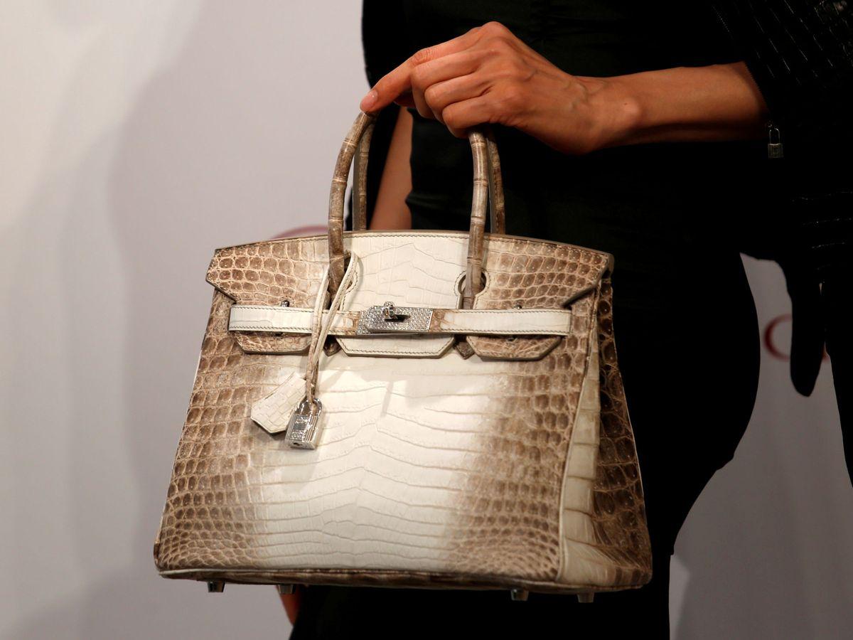 Foto: El mítico bolso de cocodrilo de Hermès vendido en una subasta de Christie's. (Reuters)