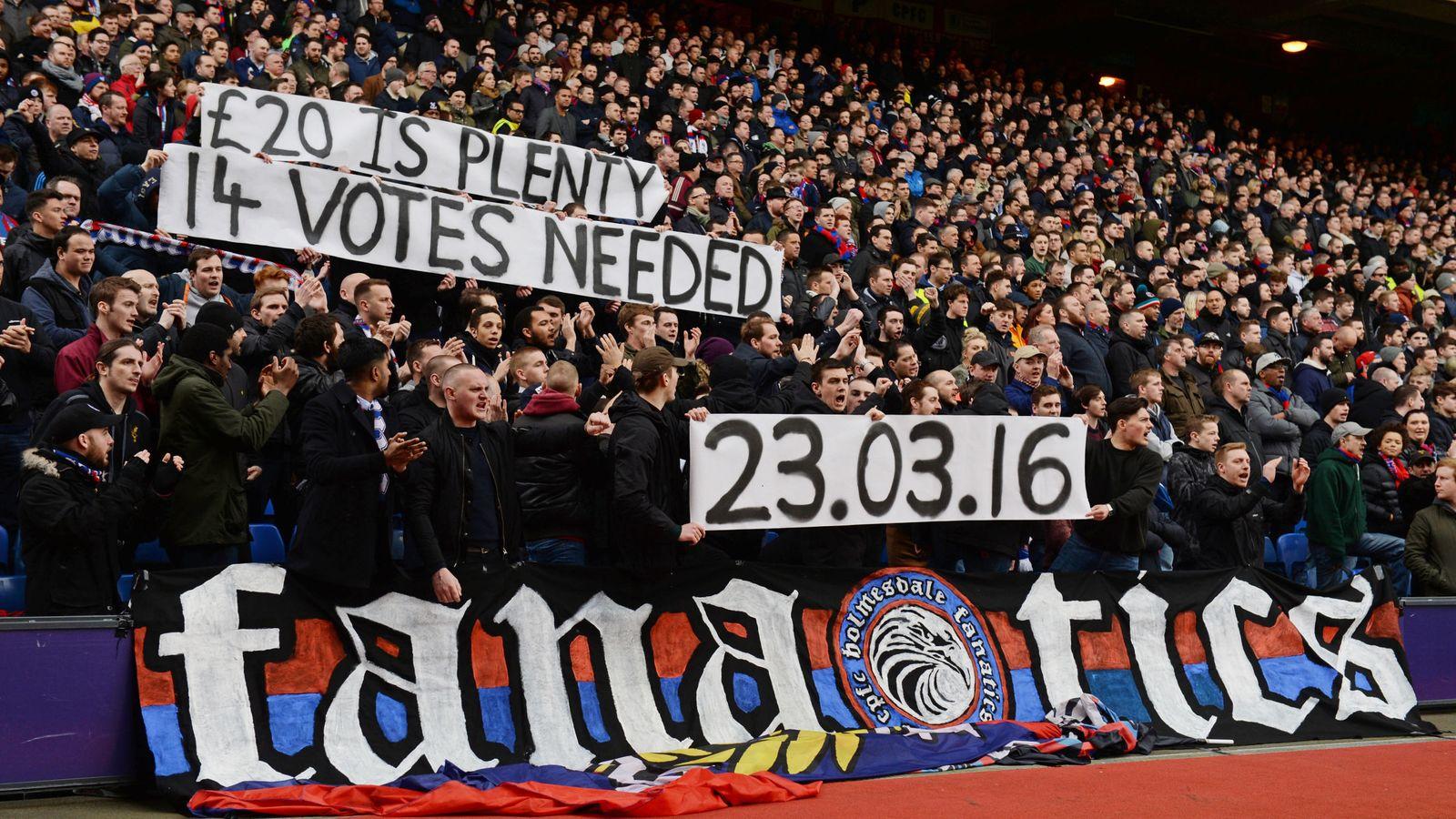 Foto: Aficionados del Crystal Palace protestan por las entradas (EFE)
