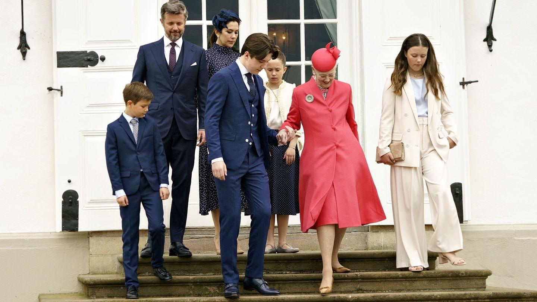 La reina Margarita junto a su familia en la confirmación del príncipe Christian. (EFE)