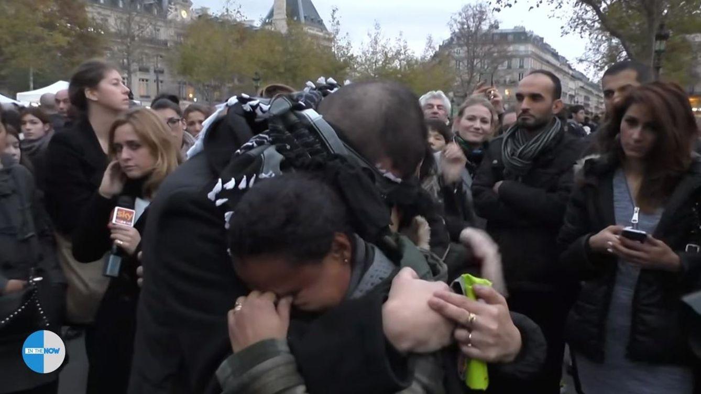 Un musulmán se tapa los ojos para pedir abrazos en París: No soy un terrorista