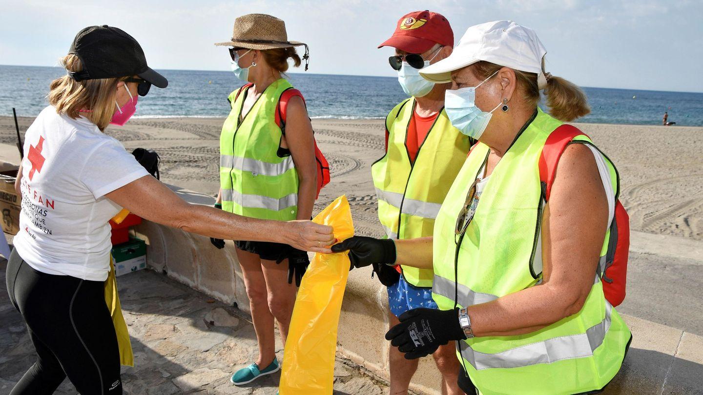 Recogida de residuos en una playa de Almería. (EFE)