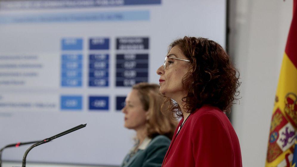 Foto: La ministra de Hacienda, María Jesús Montero, en primer plano, y la vicepresidenta de Asuntos Económicos, Nadia Calviño. (EFE)