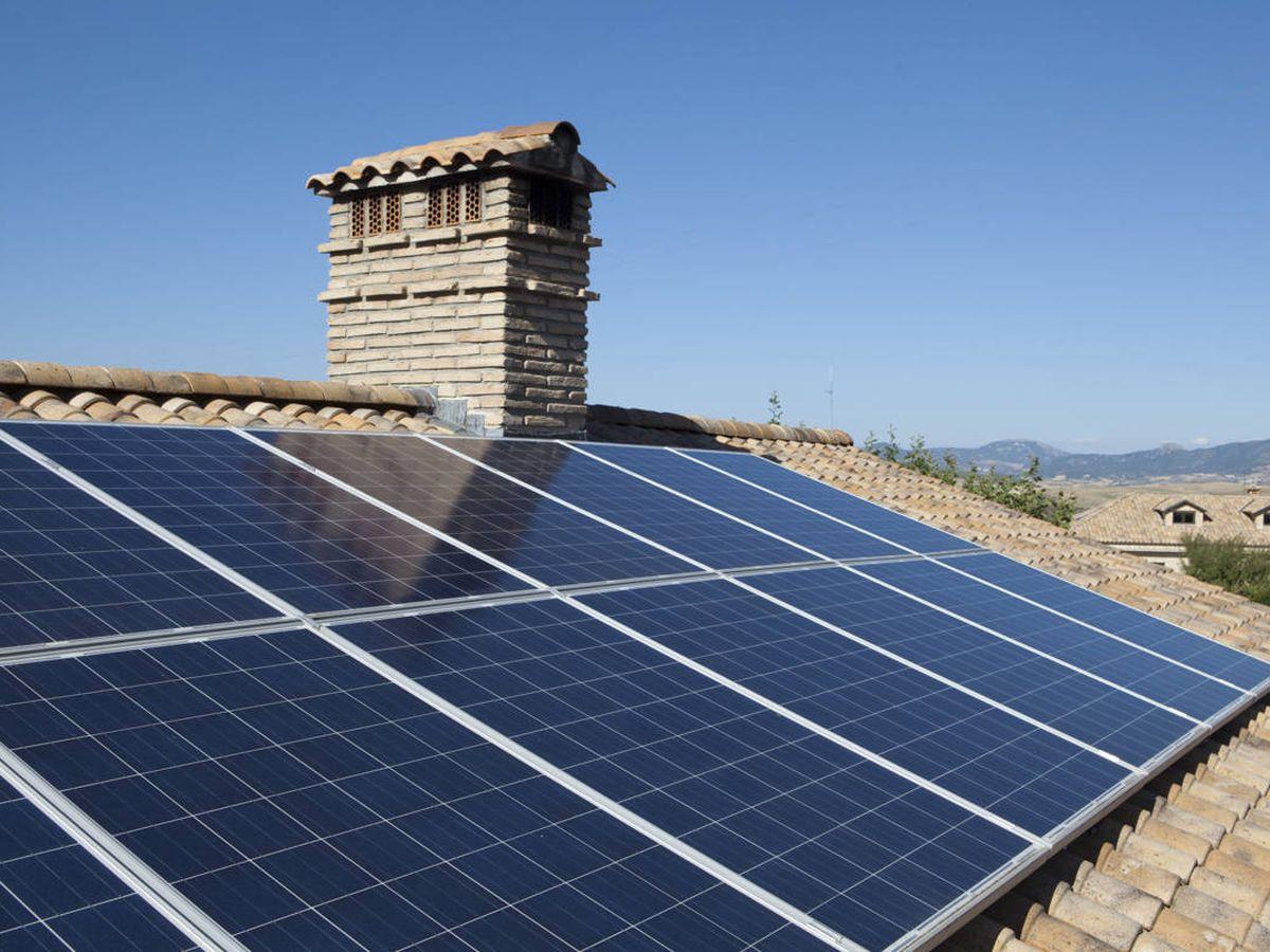 Foto: Instalación de placas solares en una vivienda. (EFE)