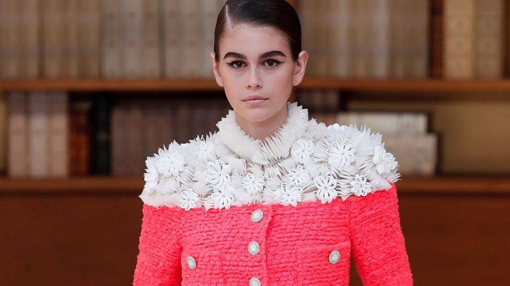 Foto: Kaia Gerber presenta una creación de la colección de alta costura otoño-invierno 2019/2020 de Chanel. (EFE)