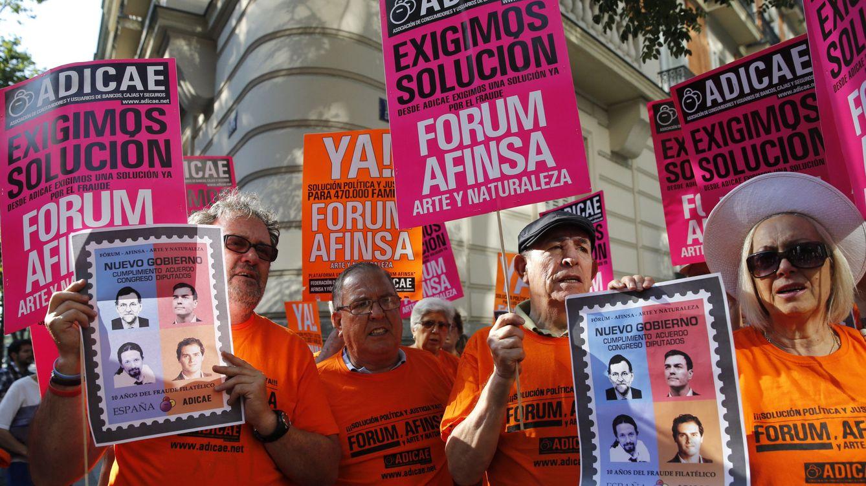 Un centenar de afectados increpa a los acusados de Fórum a su entrada al juicio
