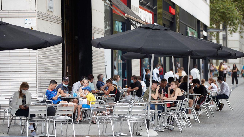 Foto: Aspecto de una terraza en el centro de Barcelona este viernes. (EFE)