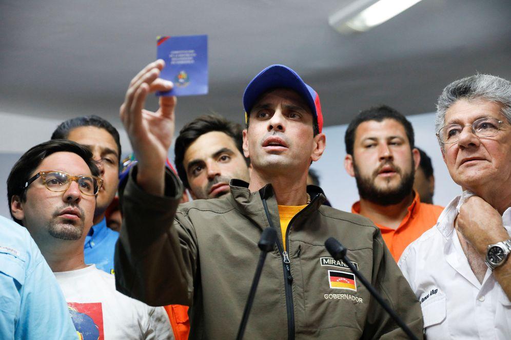 Foto: Henrique Capriles sostiene una copia de la Constitución de Venezuela durante una rueda de prensa en Caracas, el 6 de abril de 2017. (Reuters)