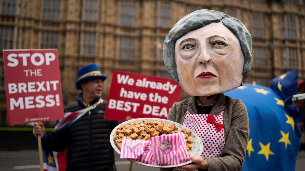 Foto: Activistas frente al Parlamento británico (Efe)
