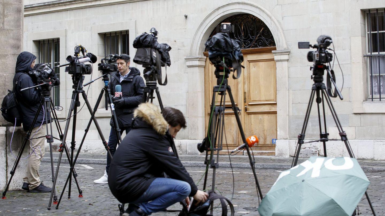 Los medios españoles, en la puerta del domicilio ginebrino de la infanta Cristina. (EFE)