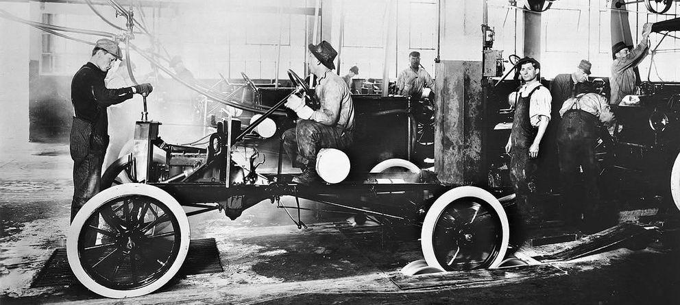 Foto: Cadena de montaje de ford a principios del siglo xx