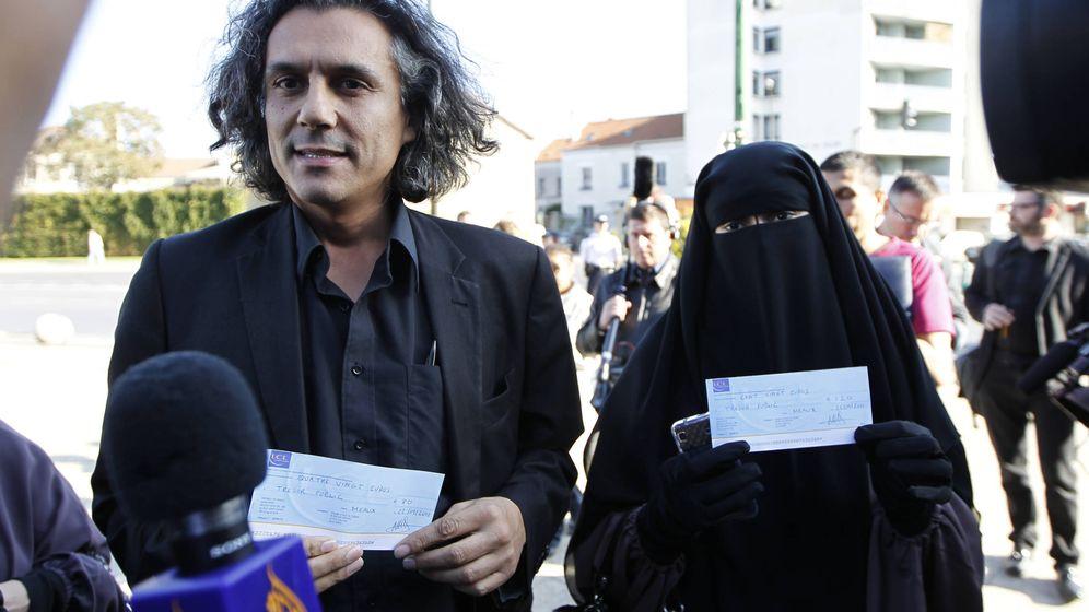 Foto: Rachid Nekkaz junto a Hind Ahmas, quien lleva un niqab pese a la prohibición, en Meaux (Reuters).