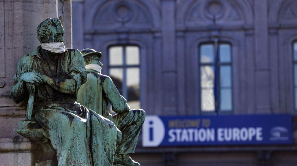 Foto: Una estatua con una mascarilla, frente a la entrada del Parlamento Europeo. (EFE)