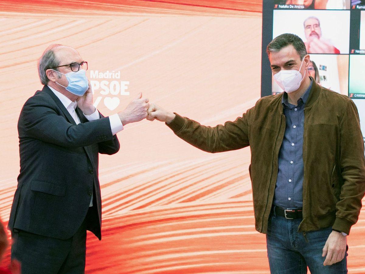 Foto: El presidente del Gobierno, Pedro Sánchez (d), choca el puño con el candidato del PSOE a la Comunidad de Madrid, Ángel Gabilondo. (EFE)