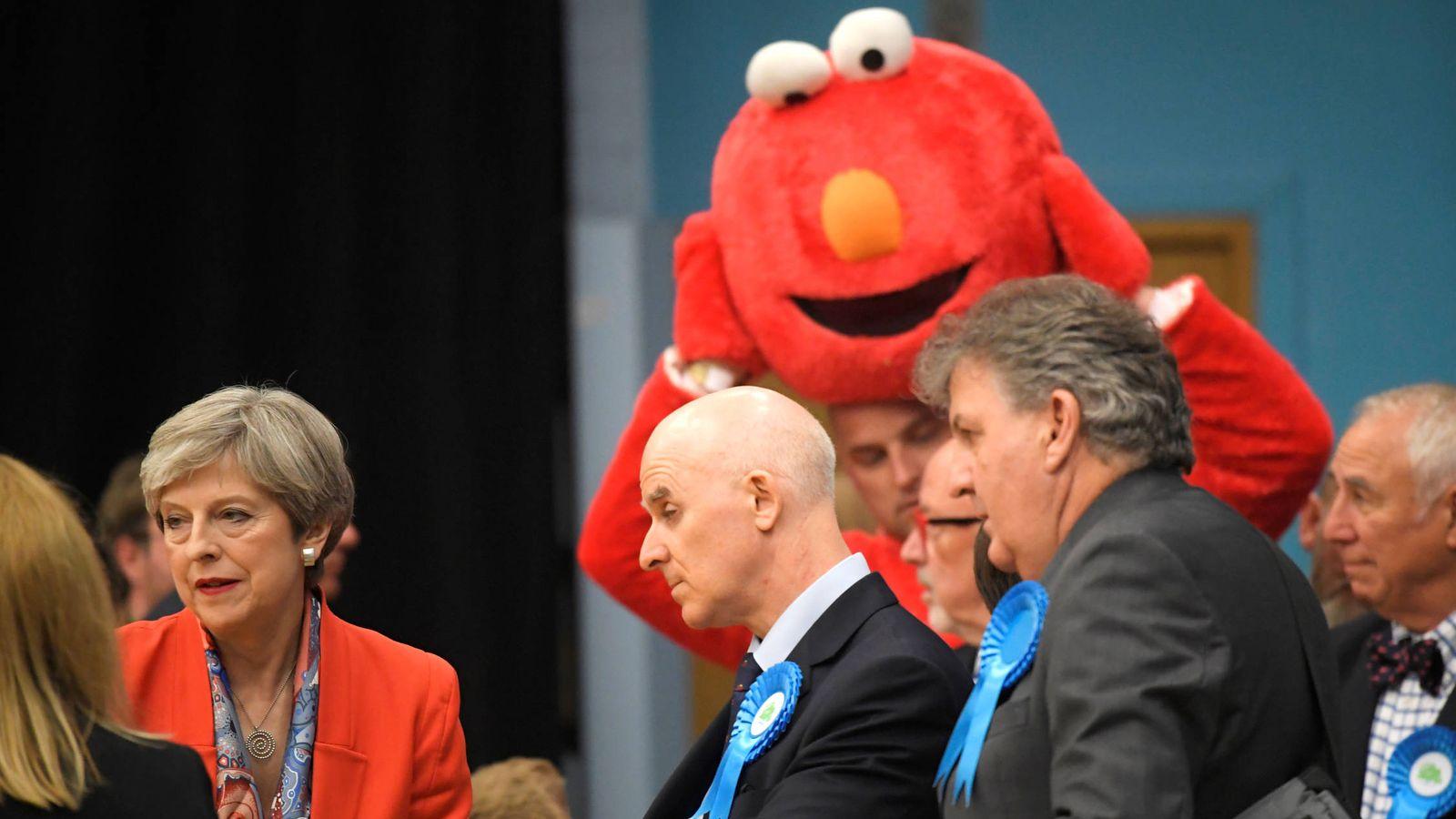 Foto: La primera ministra Theresa May sigue el recuento de votos en Maidenhead. (Reuters)
