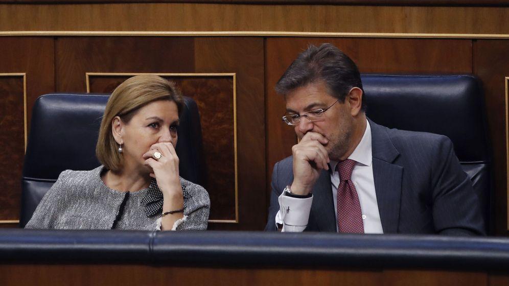 Foto: Los ministros de Defensa, María Dolores de Cospedal y Justicia, Rafael Catalá, durante la sesión de control al Gobierno. (EFE)
