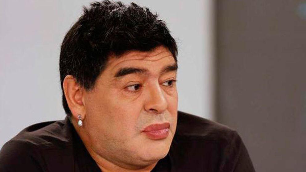 Maradona, diana de chanzas por aparecer con los labios pintados