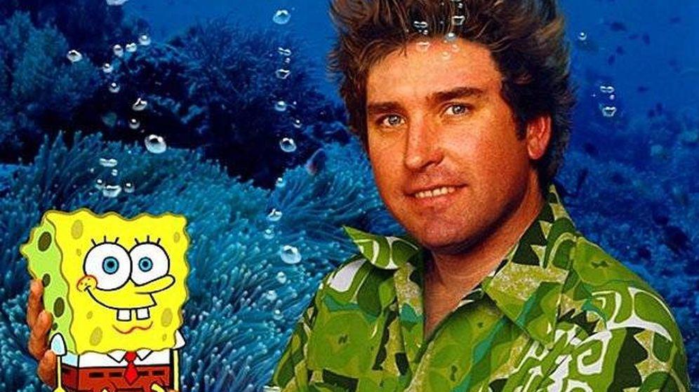 Foto: Stephen Hillenburg sujeta a su creación, Bob Esponja.