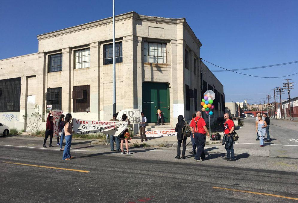 Foto: Vecinos de Boyle Heights durante una protesta contra la gentrificación de su barrio. (Foto: Eva Catalán)