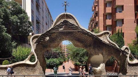 La estatua de Antonio Gaudí en Barcelona, pintada en rojo y amarillo