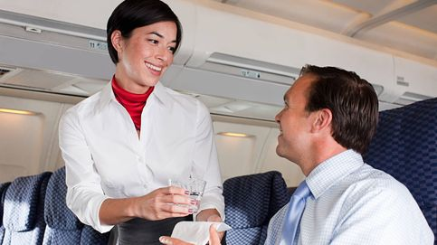 El motivo por el que las azafatas no quieren que pidas esta bebida cuando vas en avión