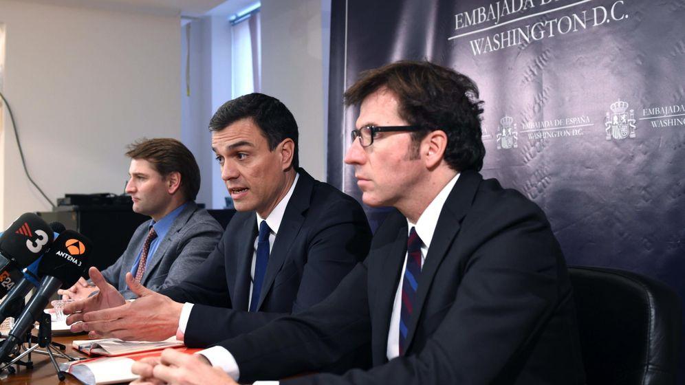 Foto: El secretario general del PSOE, Pedro Sánchez (c), junto a Manuel de la Rocha (i), secretario de Economía del partido, y el secretario ejecutivo para la UE, Juan Moscoso. (EFE)