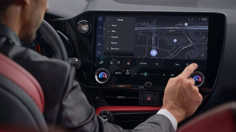 Una gran pantalla de 14 pulgadas manda en el interior del vehículo y ofrece un aspecto muy moderno.