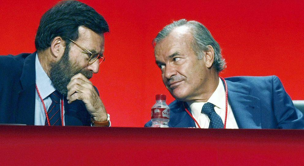 Fotografía de archivo del exconsejero del Banco Santander Rodrigo Echenique (d). (EFE)