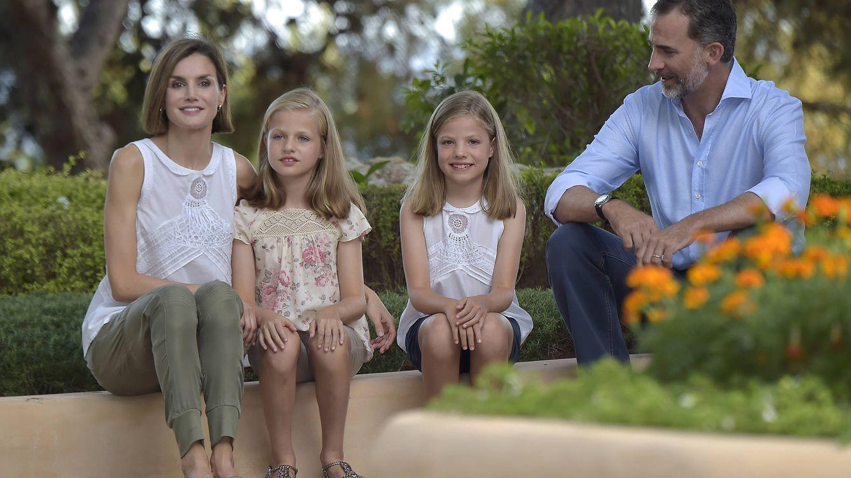 Foto: El Rey Felipe VI con sus hijas, Leonor y Sofía (Gtres)