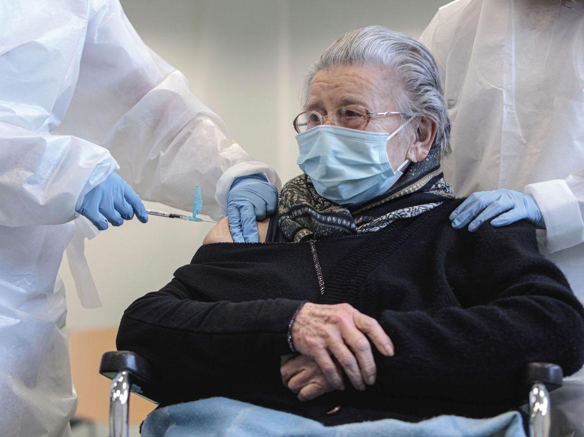 Foto: Anciana recibiendo la primera dosis durante la campaña de vacunación. (EFE)