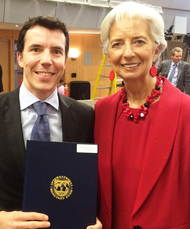 Foto: Carlos Mulas tras recibir el premio de manos de Christine Lagarde (FMI)