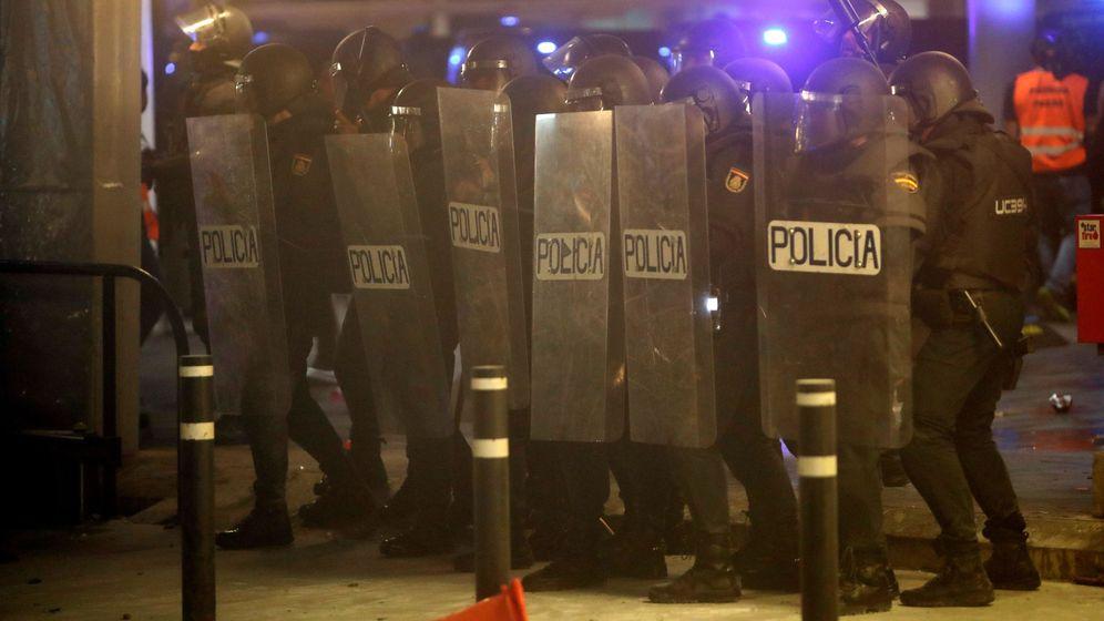 Foto: Antidisturbios durante los altercados que se produjeron en El Prat. (EFE)