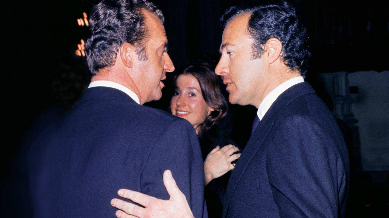 Alfonso de Borbón charla con el rey Juan Carlos, en presencia de Carmen Martínez-Bordiú. (Getty)