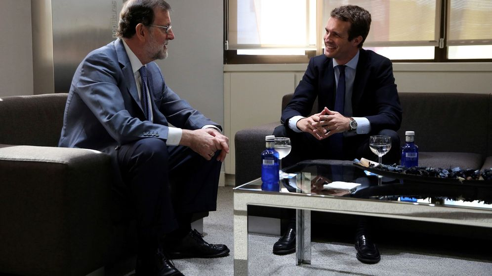 Foto: El nuevo presidente del Partido Popular, Pablo Casado, y el presidente del PP saliente, Mariano Rajoy, este lunes en su primera reunión en la sede nacional del partido. (EFE)