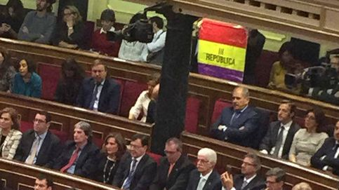Exhiben una bandera republicana en el Congreso durante el discurso del Rey