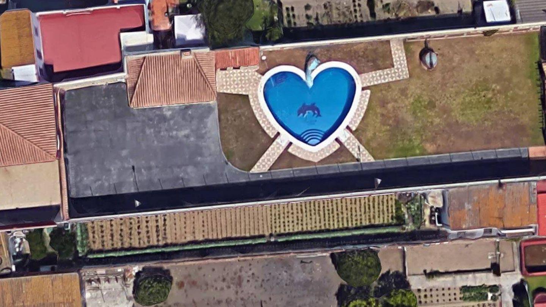 Diseminado con piscina con forma de corazón en la zona de Zabal bajo. (Google Maps).