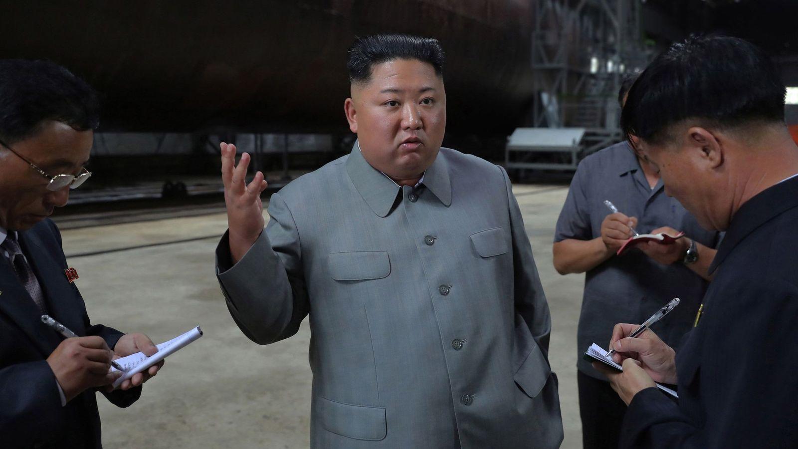 Foto: Kim Jong Un frente al nuevo submarino de Corea del Norte. (EFE/KCNA)