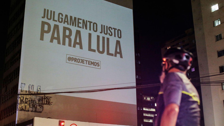 El mensaje 'Juicio justo para Lula' se proyecta en un edificio en apoyo al expresidente de Brasil Luiz Inacio Lula da Silva. (Reuters)