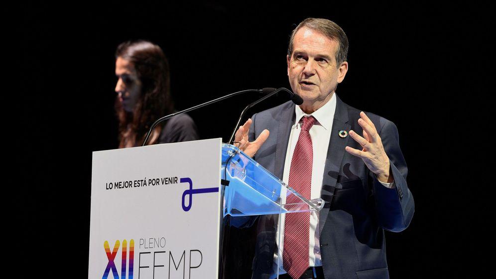 Foto: El alcalde de Vigo, Abel Caballero, tras ser reelegido como presidente del organismo en el pleno de la Federación Española de Municipios y Provincias (FEMP). (EFE)