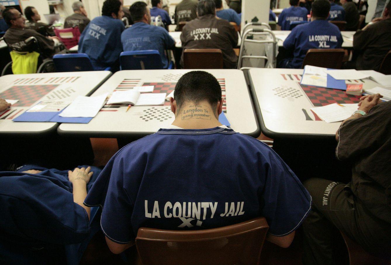 Foto: Reclusos asisten a una clase de reintegración social en la Men's Central Jail de Los Ángeles, California (Reuters).