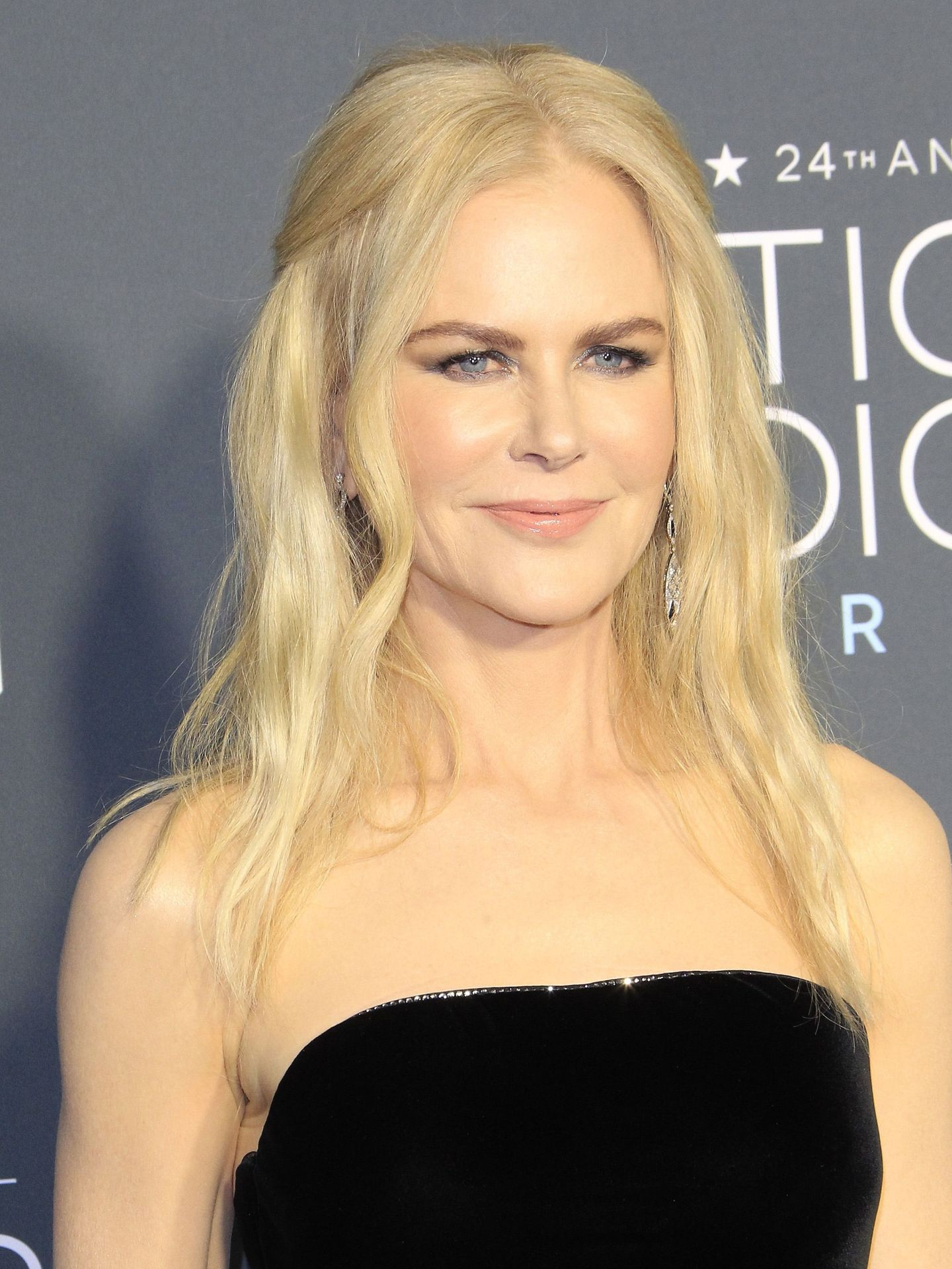 Un primer plano de la actriz donde podemos ver su peinado y maquillaje al detalle.