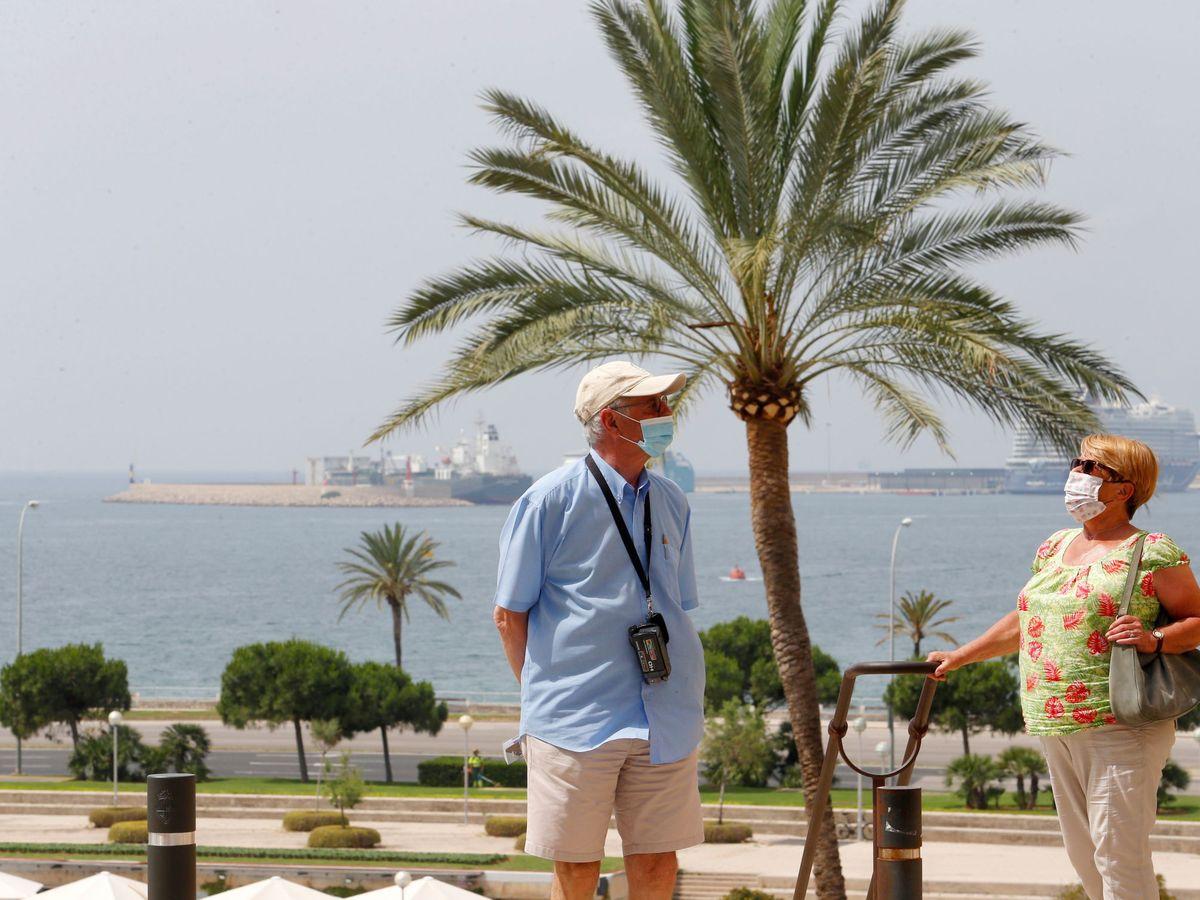 Foto: Turistas caminan por Palma de Mallorca. (Reuters)